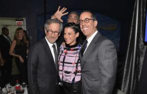 il ne manque pas d'humour M.What else AKA Georges Clooney, et n'hésite pas à photobomber le célèbre Steven Spielberg