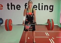 Femme haltérophile en escarpins