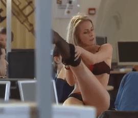 Une jolie blonde fait un strip tease en pleine bibliothèque étudiante