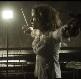 La chanteuse Lorie se fait torturer par l'acteur David Mora dans un court métrage.