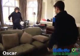 David Luiz et Oscar se font un petit tennis ballon en chambre d'hotel lors du gilet brasil global tour.