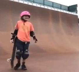 Une jeune fille de 9 ans arrive à passer un 540° en skateboard sur rampe.