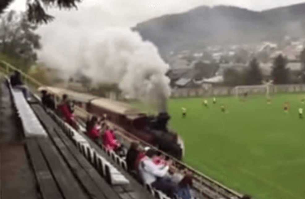 Un train traverse le terrain en plein match de foot inmybuzz for Jardin 10mg uses
