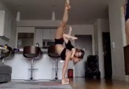mere-et-fille-acrobates-gymnastique